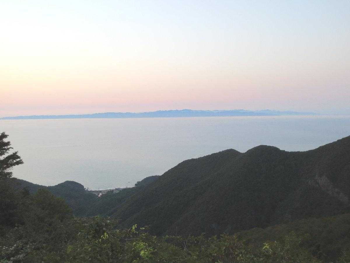 弥彦山から望む日没後の佐渡