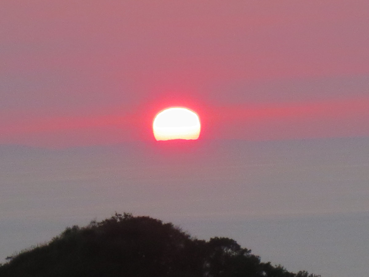 能登半島?に沈む夕陽の遠景